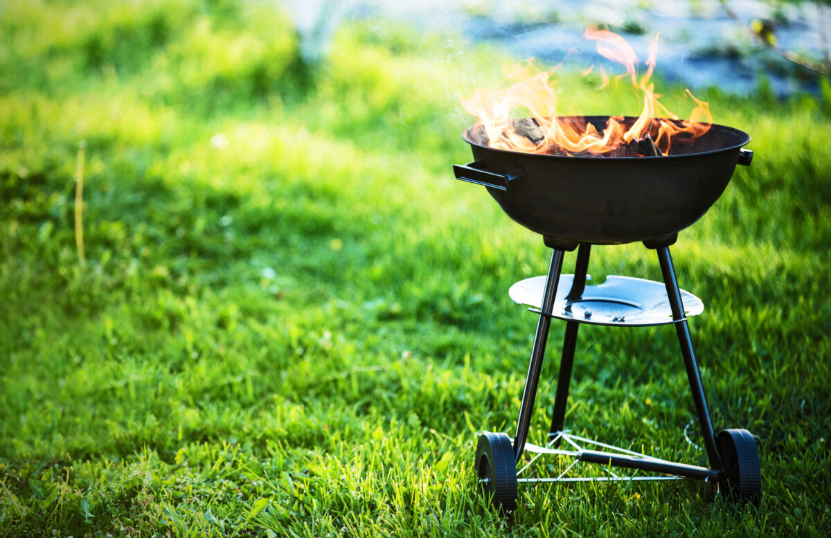 Grill w ogrodzie – jak zaaranżować przestrzeń?