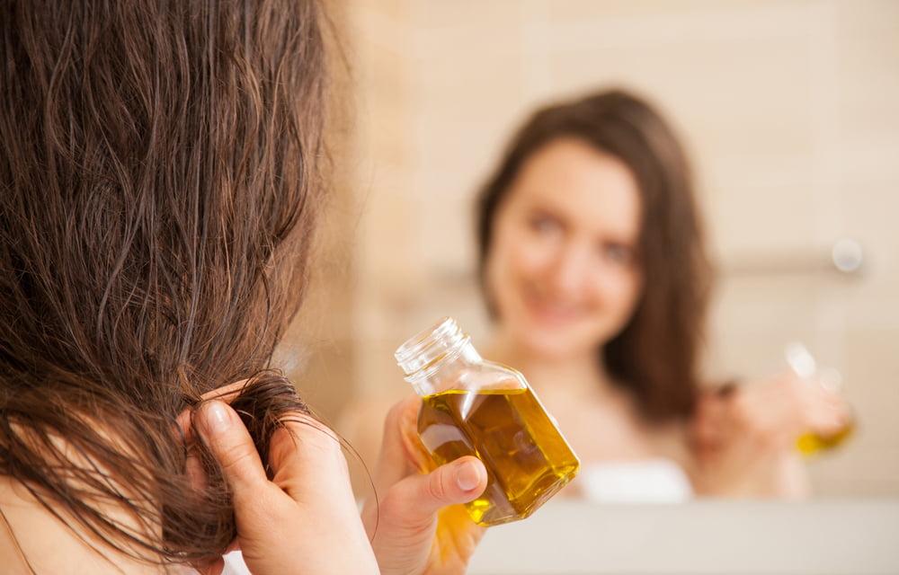 Pokonaj niesforne kosmyki - sposoby na puszenie się włosów pod wpływem wilgoci