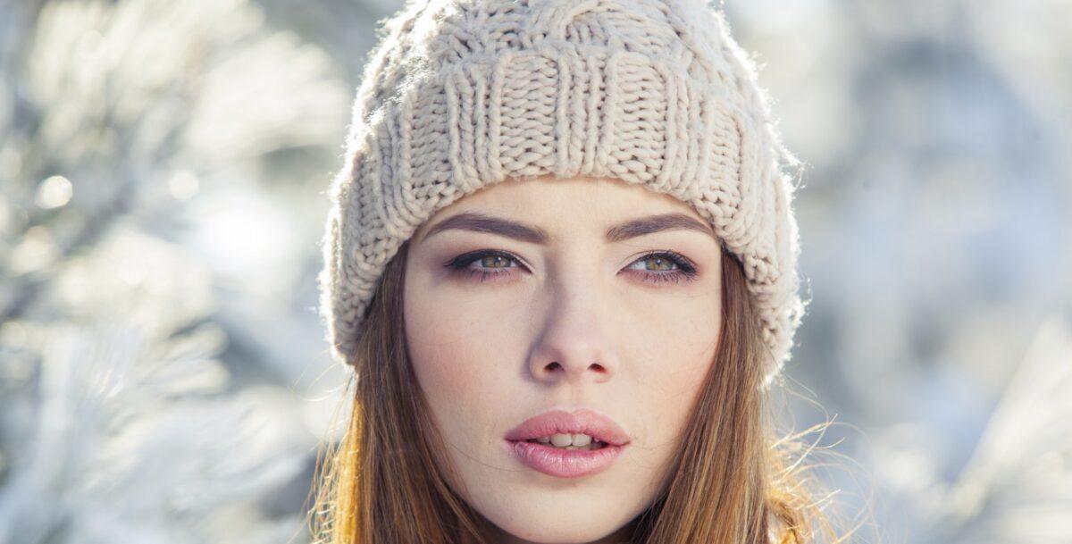 Włosy pod czapką – jak o nie dbać zimą?