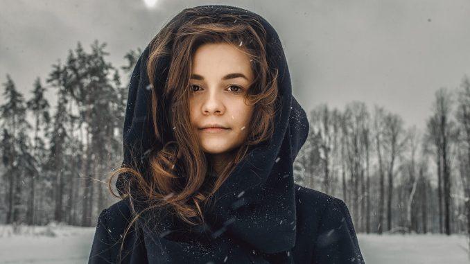 Jakie kolory ubrań sprawdzają się zimą?