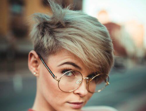 Jaki kosmetyk ujarzmi krótkie włosy?
