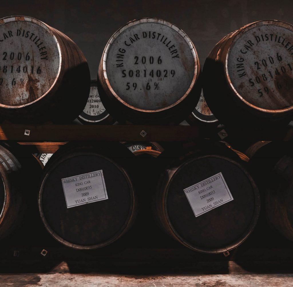 Rodzaje whisky - beczki z whisky