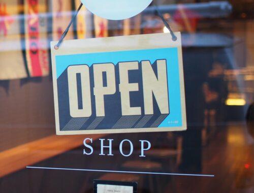 Butik vs sieciówka – gdzie kupować tanie ubrania?