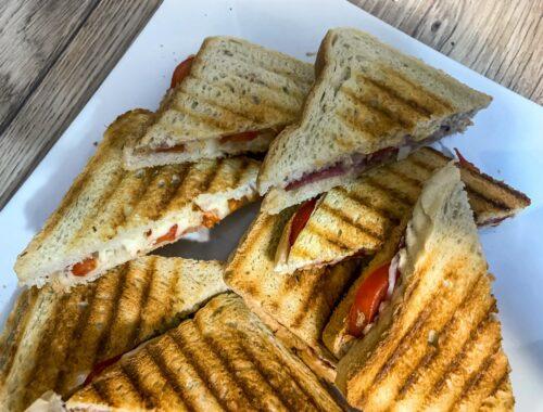 Szybka przekąska - tosty z salami i mozzarellą