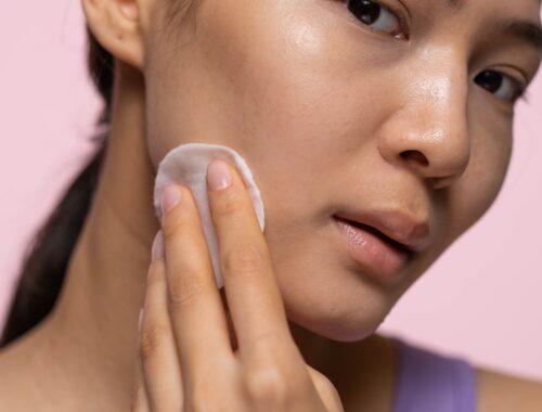 Toniki i hydrolaty – jak poprawnie tonizować skórę?